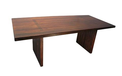 Tisch aus dem Holz einer Bowlingbahn