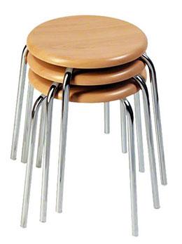 Sitzfläche auf vier Beinen – stapelbar und altbewährt: der Gymnastik-Hocker