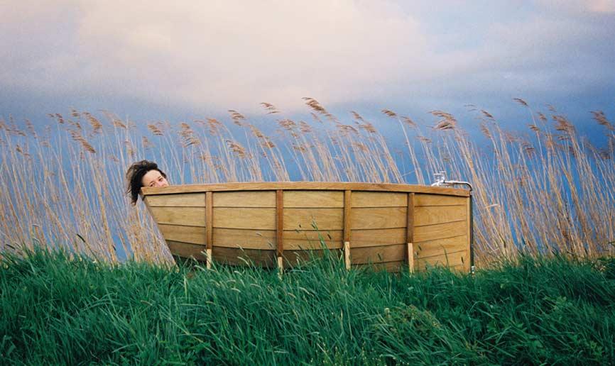 Macht im Schilf genauso gute Figur wie im Badezimmer. Bootswanne aus Holz. (Quelle: wiekisomers.com)