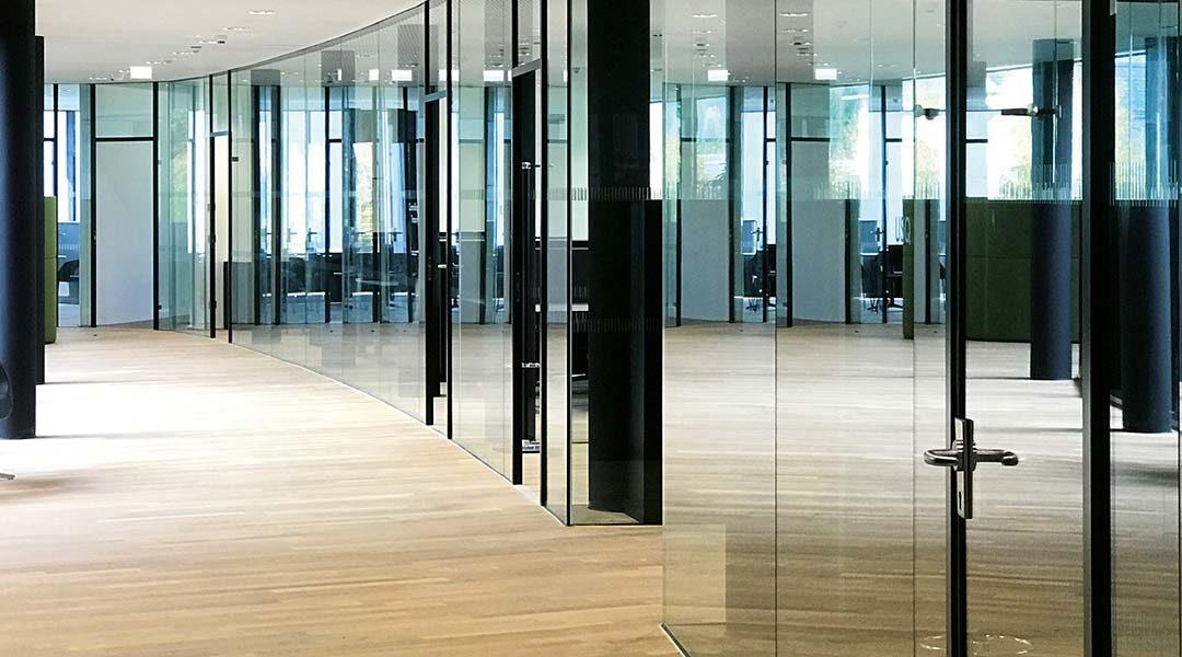 Individuelle Atmosphäre mit dem AL-Office Büroverglasungssystem